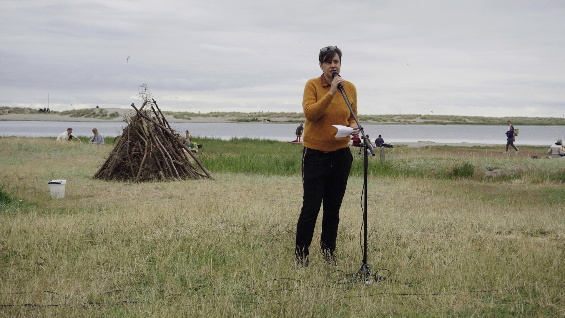 Susanne Branner Jespersen holder tale før bålet tændes.